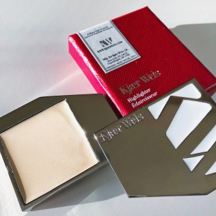 Kjaer Weis Highlighter Beauty Idealist 2